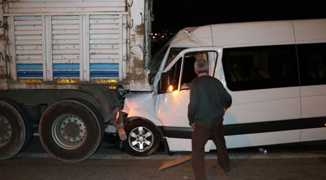 İzmirde minibüs kamyona çarptı: 12 yaralı