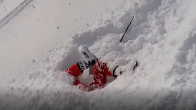 Karda baş aşağı gömülü kadın son anda kurtarıldı