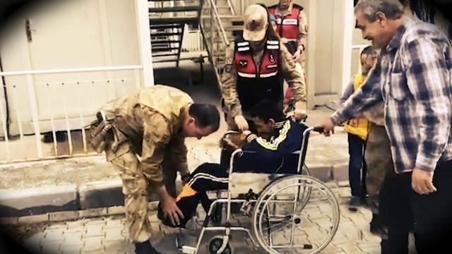 Depremzede Samet'e Jandarmadan tekerlekli sandalye