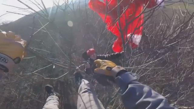 Yamaç paraşütü yaparken ağaca takılan adam helikopterle kurtarıldı