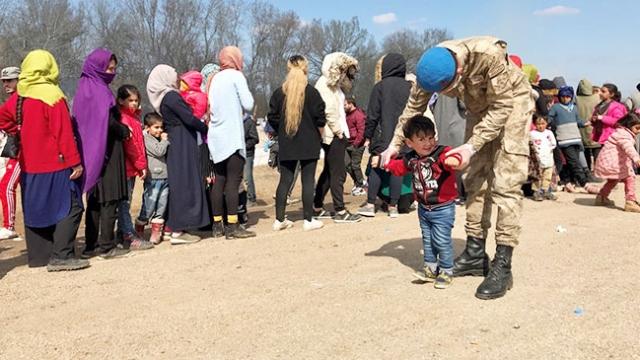 Mehmetçiğin sığınmacı çocukla oyun oynaması yürekleri ısıttı