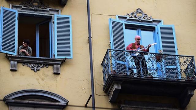 Evde 4. gün: İtalyanlar pencerelerde birlikte marş söyledi