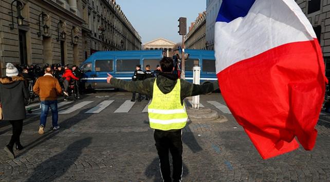 Fransada sarı yelekliler sokakta: 79 gözaltı