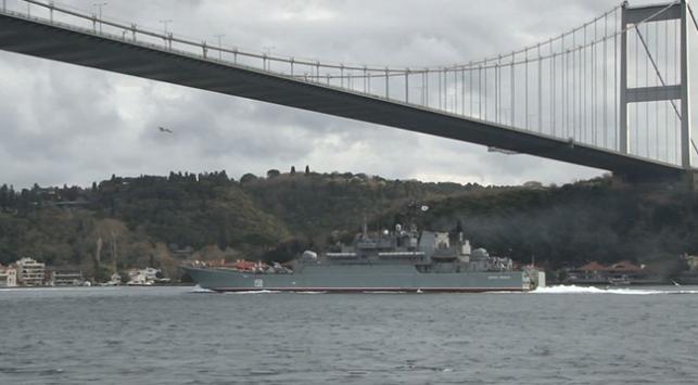 """Rus savaş gemisi """"Caesar Kunikov"""" İstanbul Boğazından geçti"""