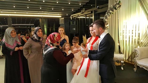 Düğüne gelen davetlilere dezenfektan tutuldu