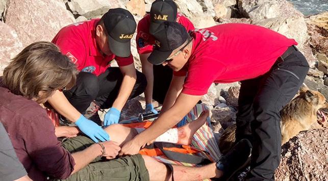 Kayalıklardan düşen turisti JAK ekipleri kurtardı