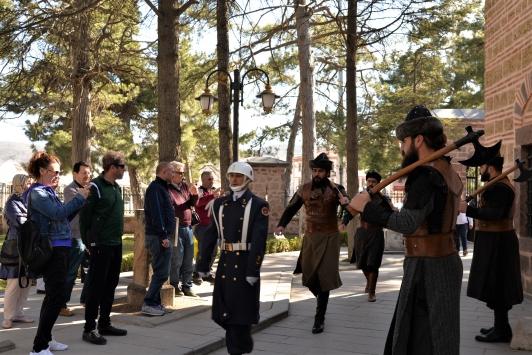 Ertuğrul Gazi Türbesine gelen ziyaretçiler Mehmetçik için dua etti