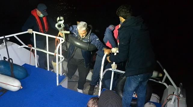 Motoru arızalanan bottaki sığınmacıların yardımına Sahil Güvenlik yetişti