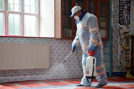 Üsküdarda Kovid-19 önlemleri kapsamında bazı camiler ve iş yerleri dezenfekte edildi