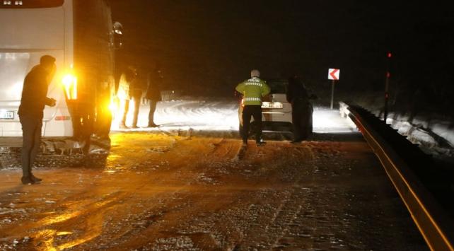Sivas-Yozgat kara yolunda ulaşıma kar engeli