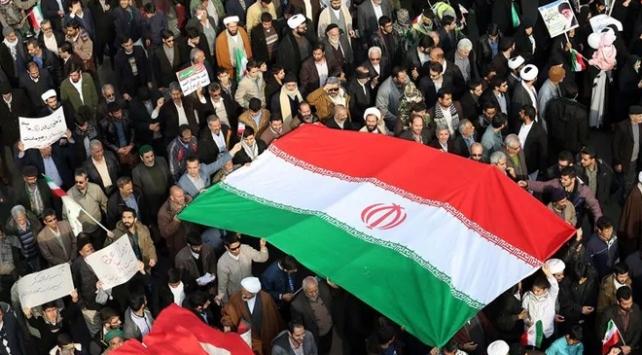 İranda türbelerin kapatılması protesto edildi
