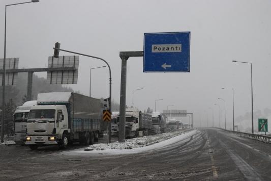 Adana-Ankara otoyolunda kar yağışı nedeniyle ulaşım aksıyor