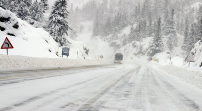 Antalya-Konya kara yolunda kar ve tipi etkili oluyor