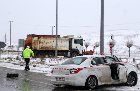 Sivasta kar kürüme aracı otomobille çarpıştı: 3 yaralı