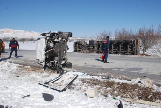 Burdurda tırla hafif ticari araç çarpıştı: 2 yaralı