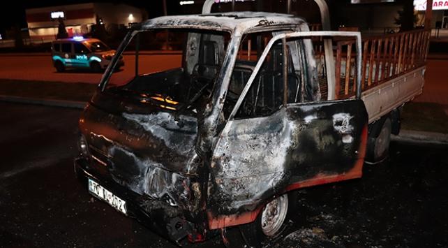 Karamanda park halindeki kamyonet yandı