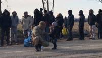 Mehmetçik sığınmacı çocuklara arkadaşlık ediyor