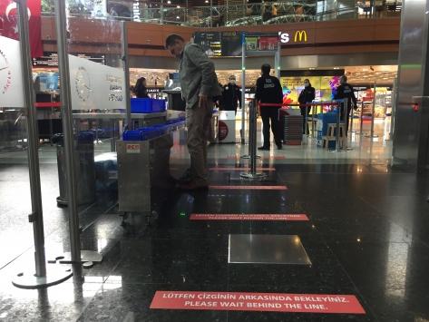 Sabiha Gökçen Havalimanında kırmızı bantlı sosyal mesafe önlemi