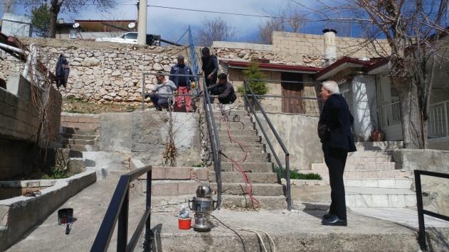 Bozkırda yaşlılar için merdivenlere demir korkuluklar yapılıyor