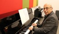 Kaportacı Ahmet Amca şimdi de piyanoya başladı
