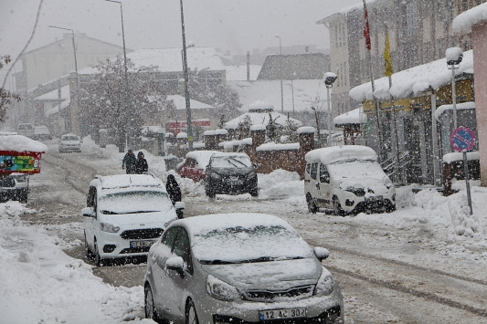 Karlıovada yoğun kar sürüyor
