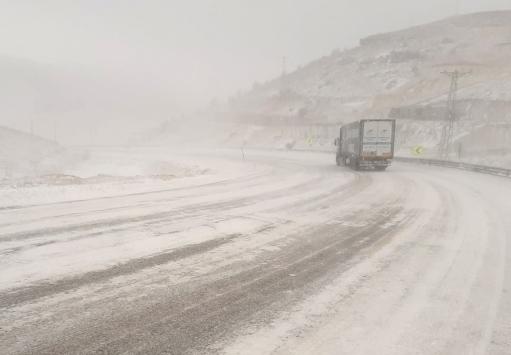 Sertavul Geçidinde kar yağışı nedeniyle ulaşım kontrollü sağlanıyor
