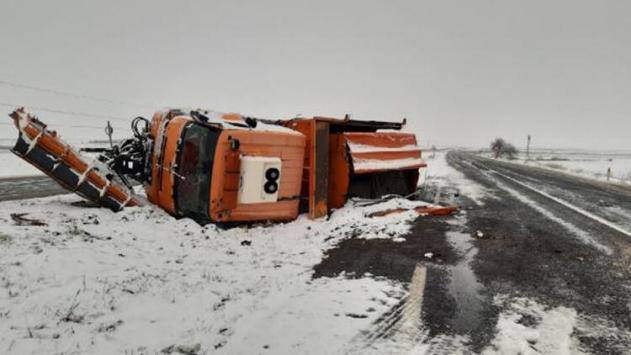 Siirtte kar küreme aracı devrildi: 2 yaralı
