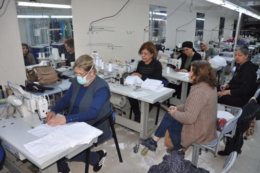 Tarsus Belediyesi kadınların desteğiyle maske üretiyor