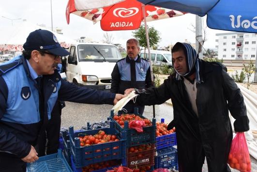 Mardinde pazarcılara eldiven ve maske dağıtıldı