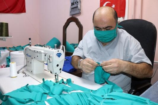 YYÜde cerrahi önlük kumaşından maske üretildi