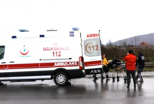 Anadolu Otoyolunda bariyerlere çarpan araçtaki 3 kişi yaralandı