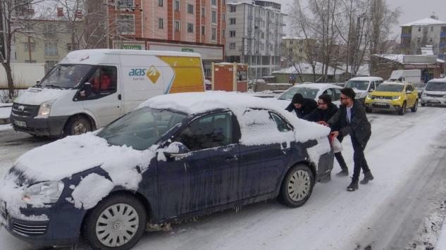 Ardahan ve Karsta kar ile buzlanma sürücülere zor anlar yaşattı