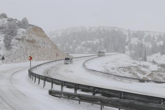 Sertavul Geçidinde yoğun kar nedeniyle ulaşım kontrollü sağlanıyor