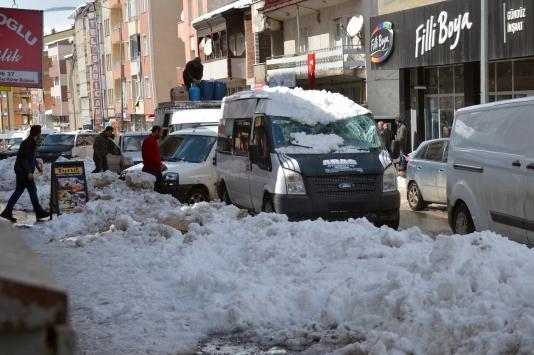 Karsta çatıdan düşen kar kütlesi iki aracı kullanılamaz hale getirdi
