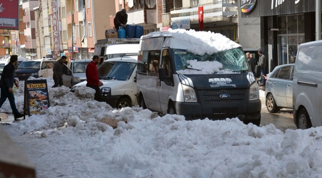 Karsta çatıdan düşen kar iki araçta hasara neden oldu