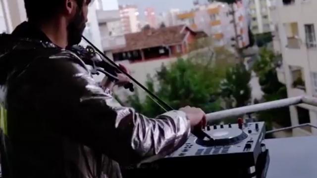 """Kemandan çıkan """"Çanakkale Türküsü"""" sesi duygulandırdı"""