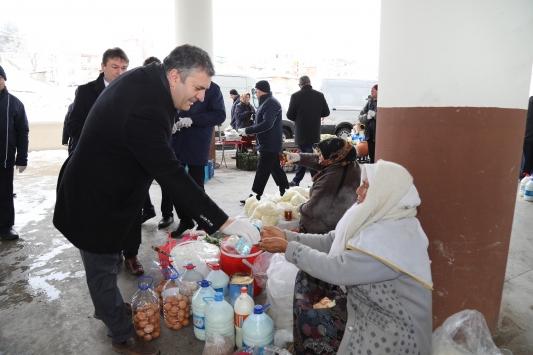 Çubukta pazarcılara kolonya, eldiven ve maske dağıtıldı