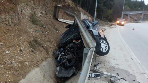 Bilecikte otomobil bariyerlere çarptı: 1 yaralı