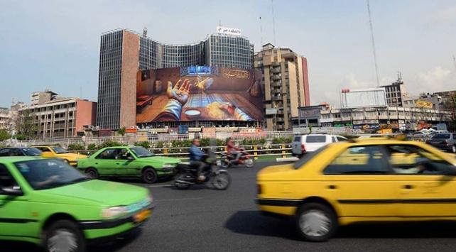 İranda salgına rağmen halk sokağa çıktı