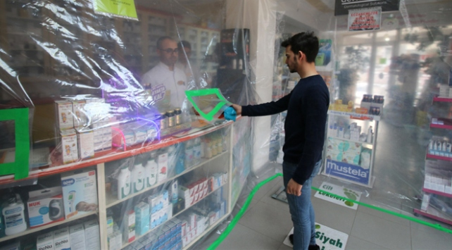 Eczacıdan şeffaf brandalı koronavirüs önlemi