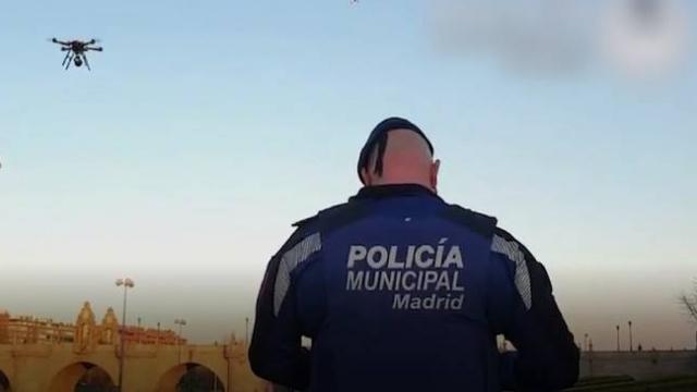 İspanya polisinden drone ile 'evinde kal' mesajı