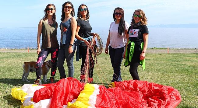 Gökyüzünün hakimi kadın paraşütçüler