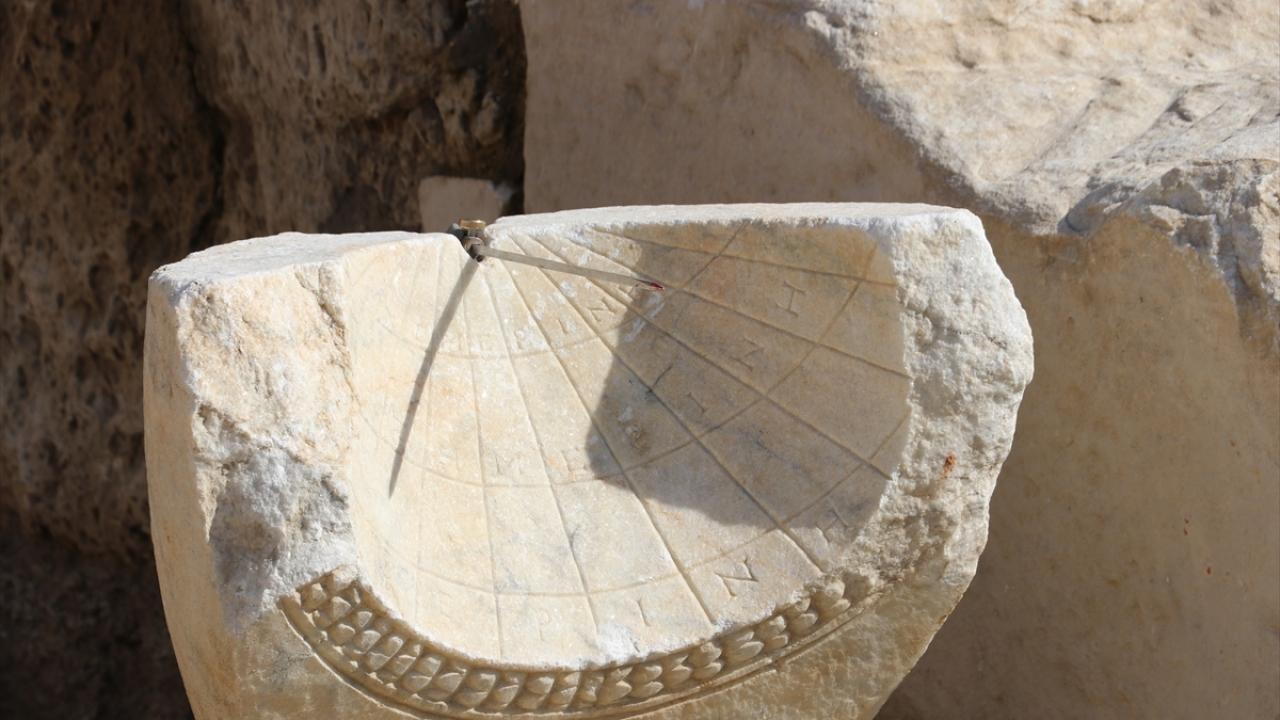 Laodikyada 2 bin yıllık güneş saati bulundu