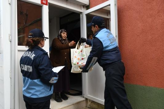 Pendikte yaşlıların market alışverişini zabıta ekipleri yapıyor
