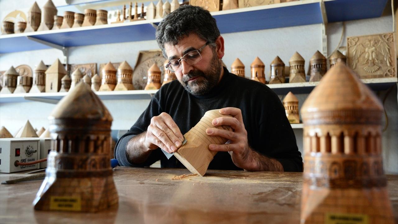 Bitliste kurumuş ceviz ağaçları tarihi eserlerin maketine dönüştürülüyor