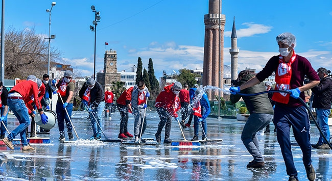 Antalyasporlu taraftarlardan koronavirüs temizliği