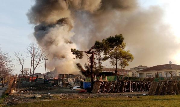 Bahçelievlerde yangın: 4 araç kül oldu