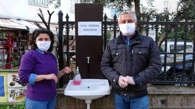 Antalyada esnaftan sokağa korona virüs lavabosu