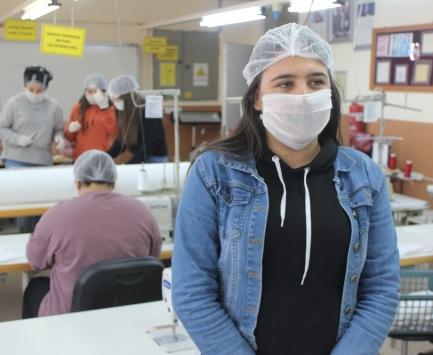 Her gün köyden gelip gönüllü olarak maske üretiyor