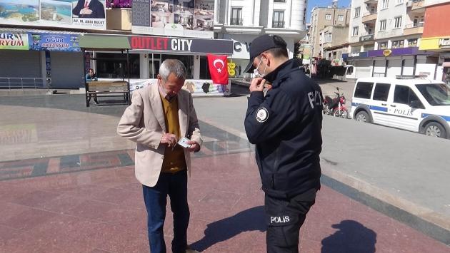 Polis sokağa çıkan 65 yaş ve üzerindeki vatandaşı evlerine gönderiyor